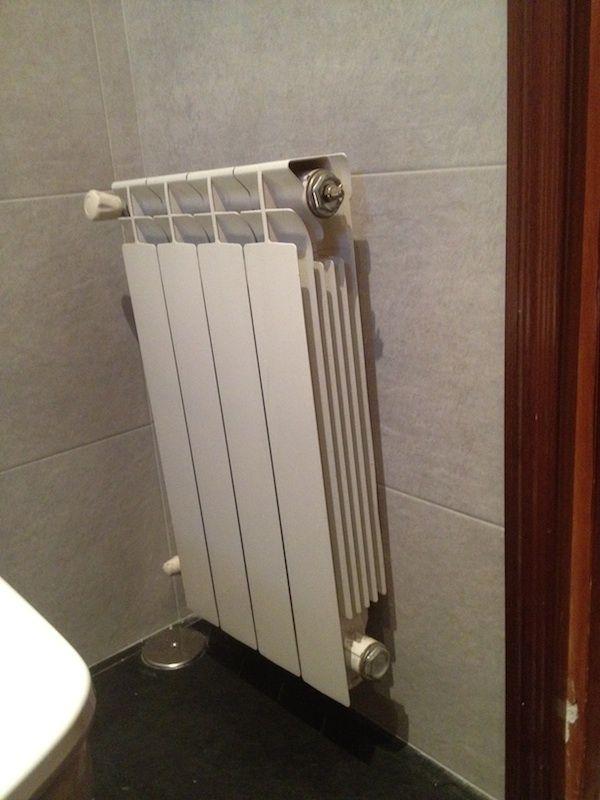 Detalle de instalación radiadores calefacción en reforma en Madrid.